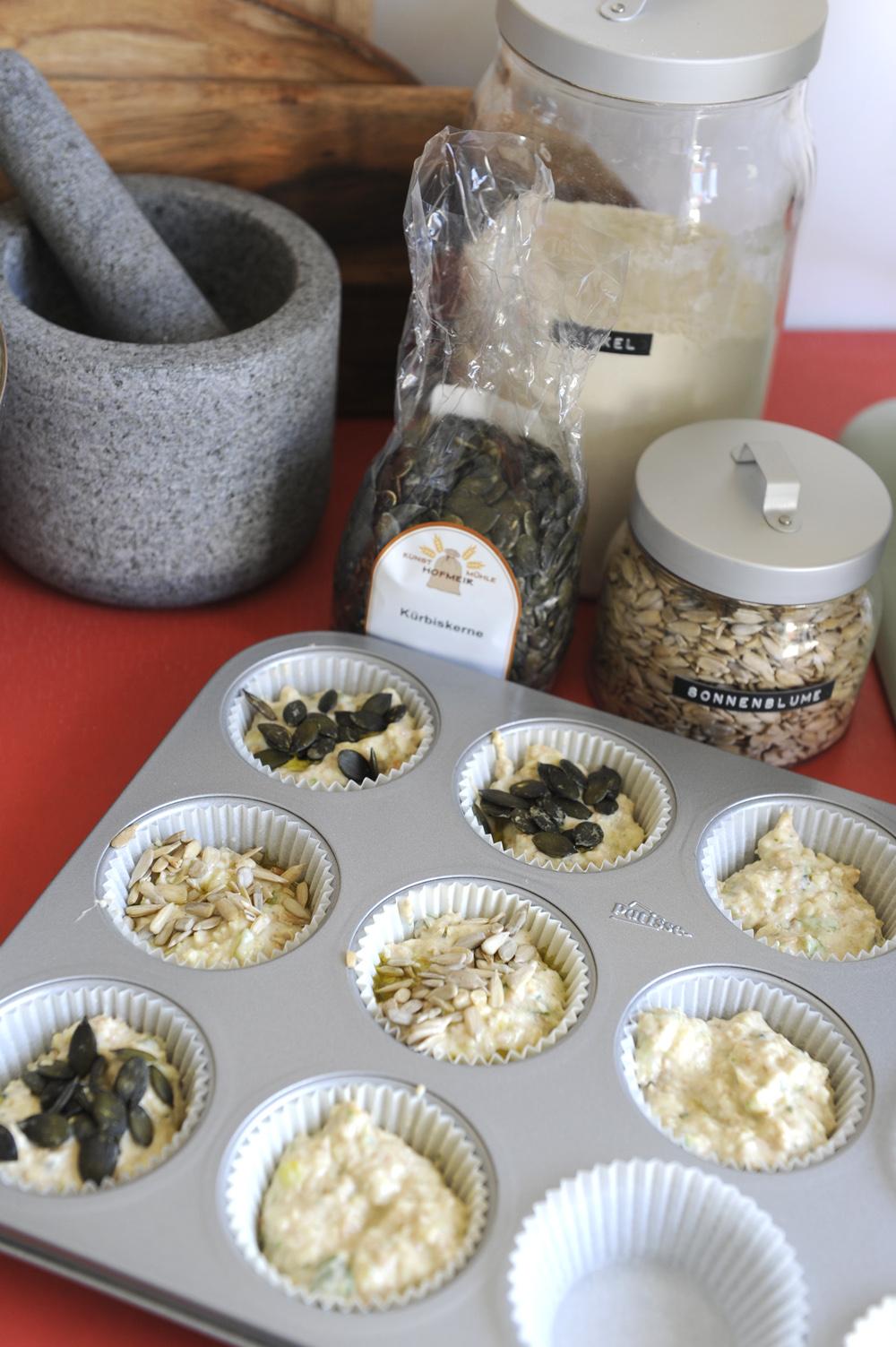 Kürbiskerne, Sonnenblumenkerne und Dinkelmehl werden zusammen zu herzhaften Muffins