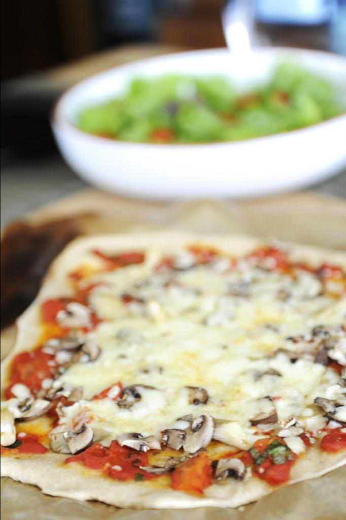 Pilz-Pizza vor Salat. Ah ne, das muss heißen: Pizza an Salat. :)