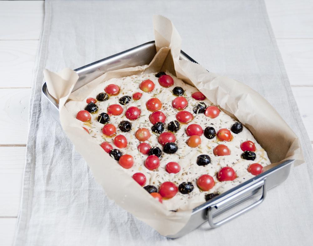 Making-of der Focaccia - da schwelgen die Tomaten noch im Teig...