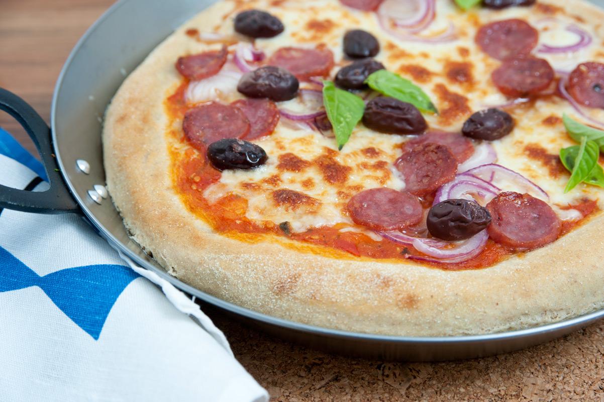 Dinkel Pizza Tortano mit Hackfleisch mit Mehl aus der Mühle Hofmeir