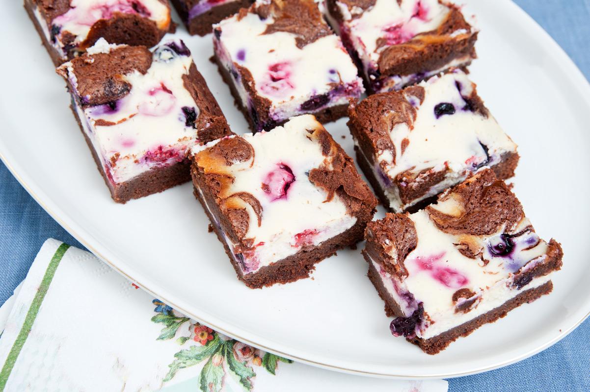 Ein einfaches Rezept für Cheesecake Brownie Käsekuchen mit Blaubeeren