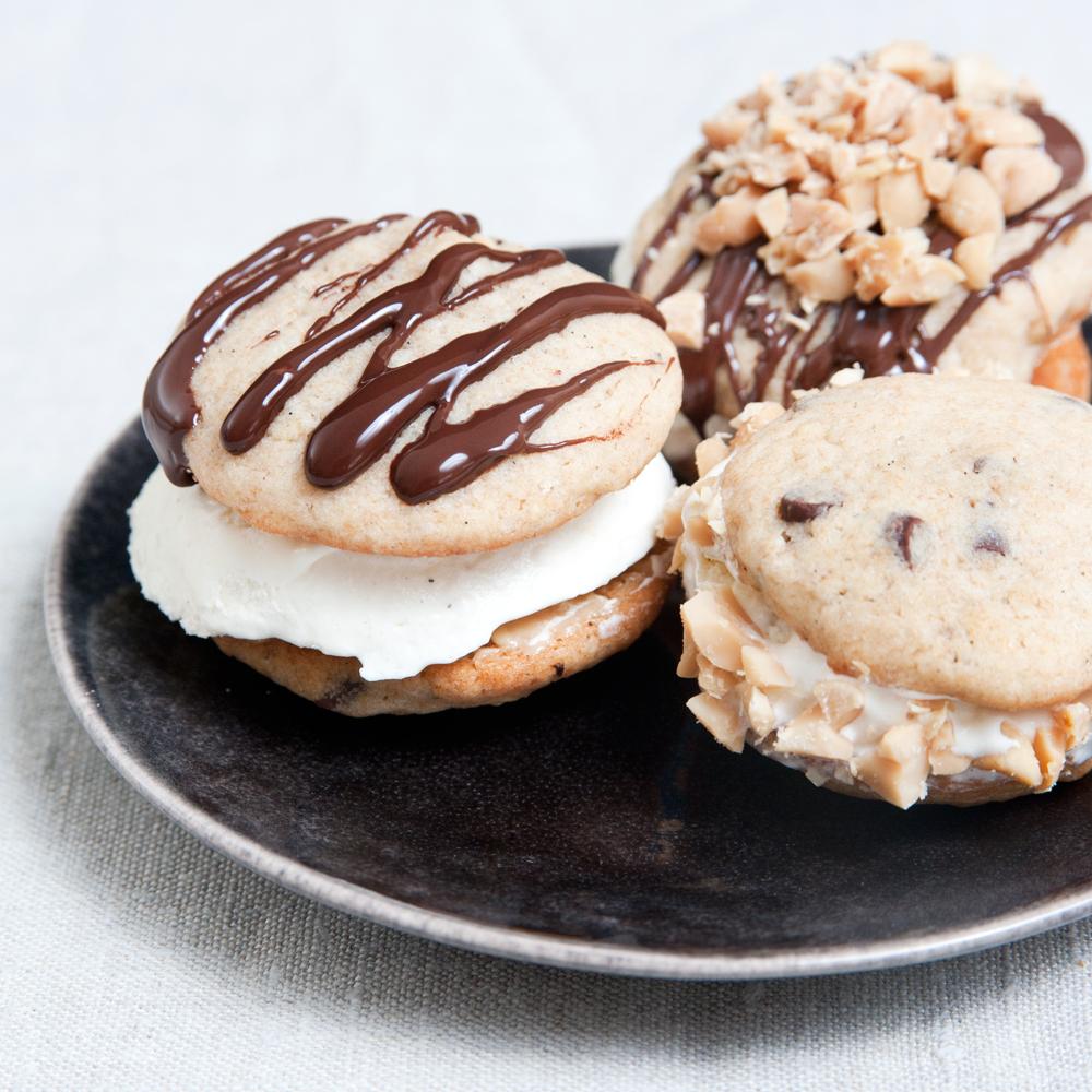 Eis-Creme-Sandwich mit Erdnuss Cookies