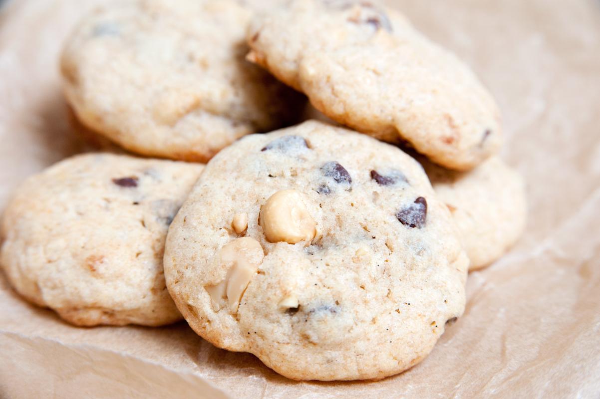 Dinkelvollkorn-Kekse mit Schokolade, Erdnüssen und Banane