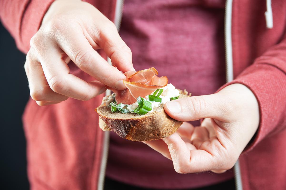 Schwarzwälder-Schinken auf Fenchel-Brot mit Kräuter-Frischkäse
