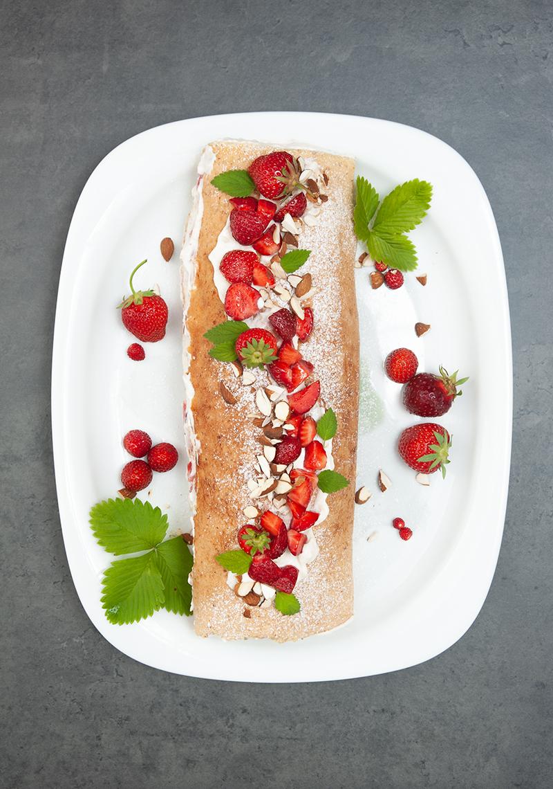 Sommerliche Biskuit-Roulade mit Ricotta und Erdbeeren