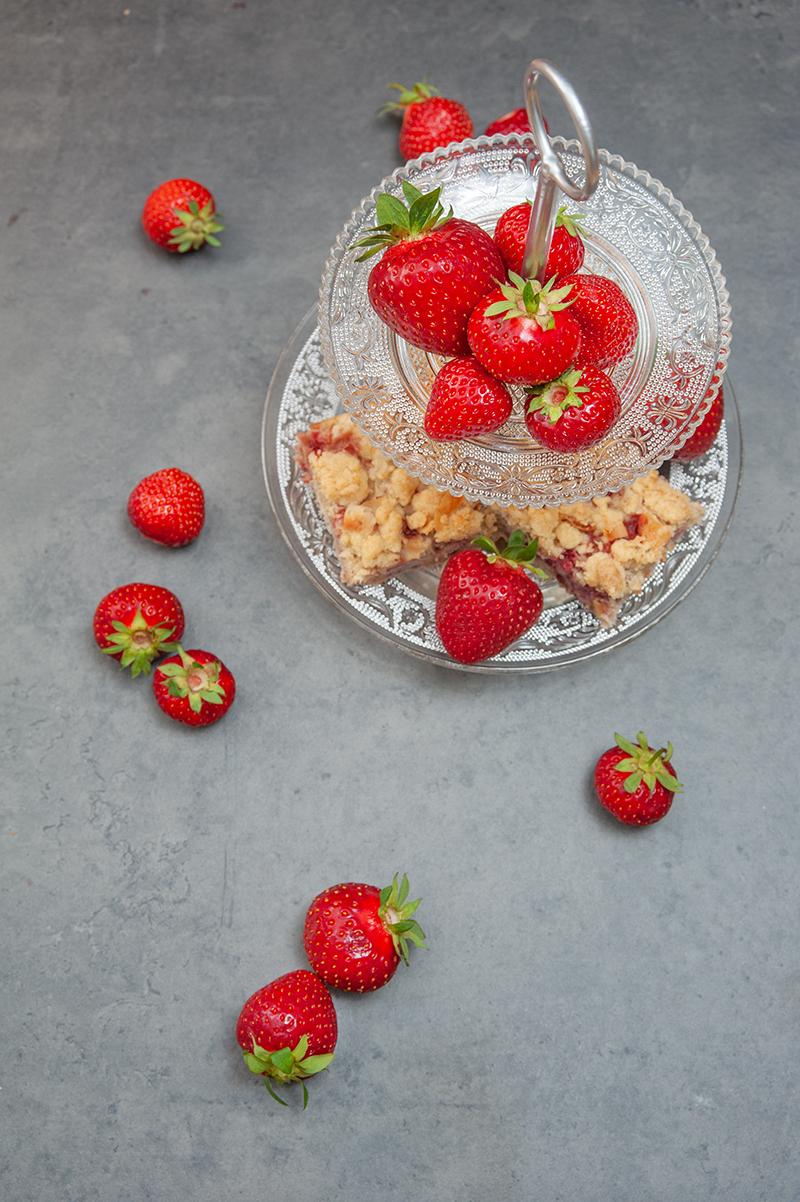 Frische Erdbeeren vom Feld landen direkt im saftigen Kokos-Rührteig