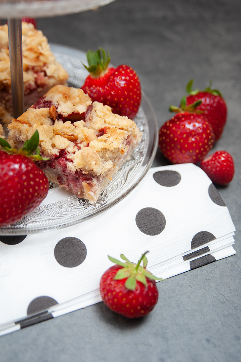 Leckerer Kuchen für den Sommer mit Erdbeeren und Kokos