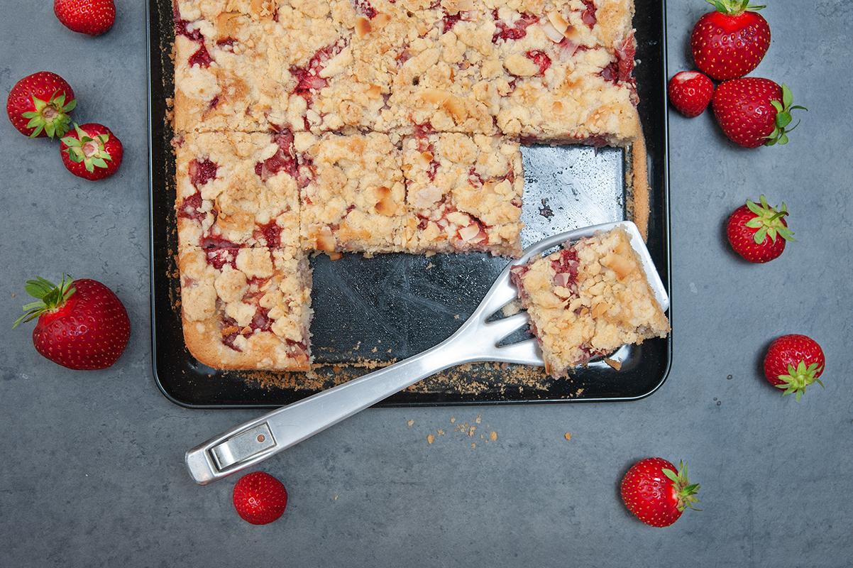 Kuchen mit Dinkelmehl, Erdbeeren und Kokosflocken