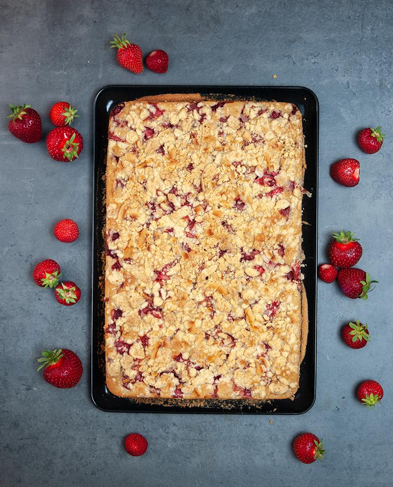 Erdbeer-Kokos-Kuchen mit Streuseln