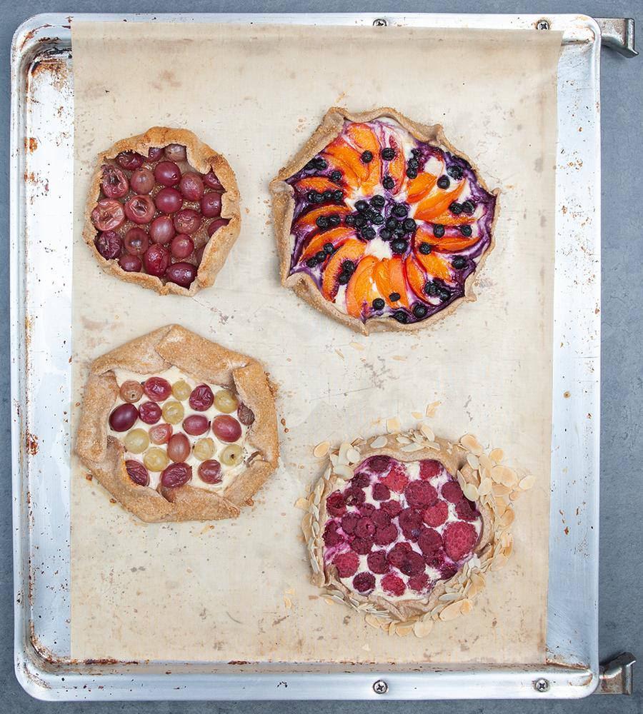 Kleine rustikale Obst-Törtchen.