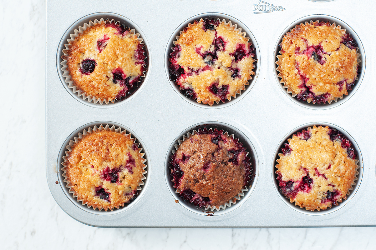 Muffins mit schwarzen Johannisbeeren
