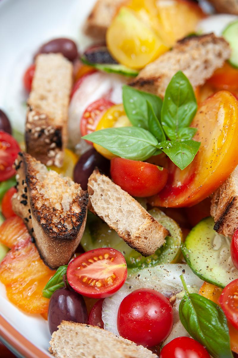 Frische Tomaten-Brot-Salat - bei heißem Wetter genau das Richtige.