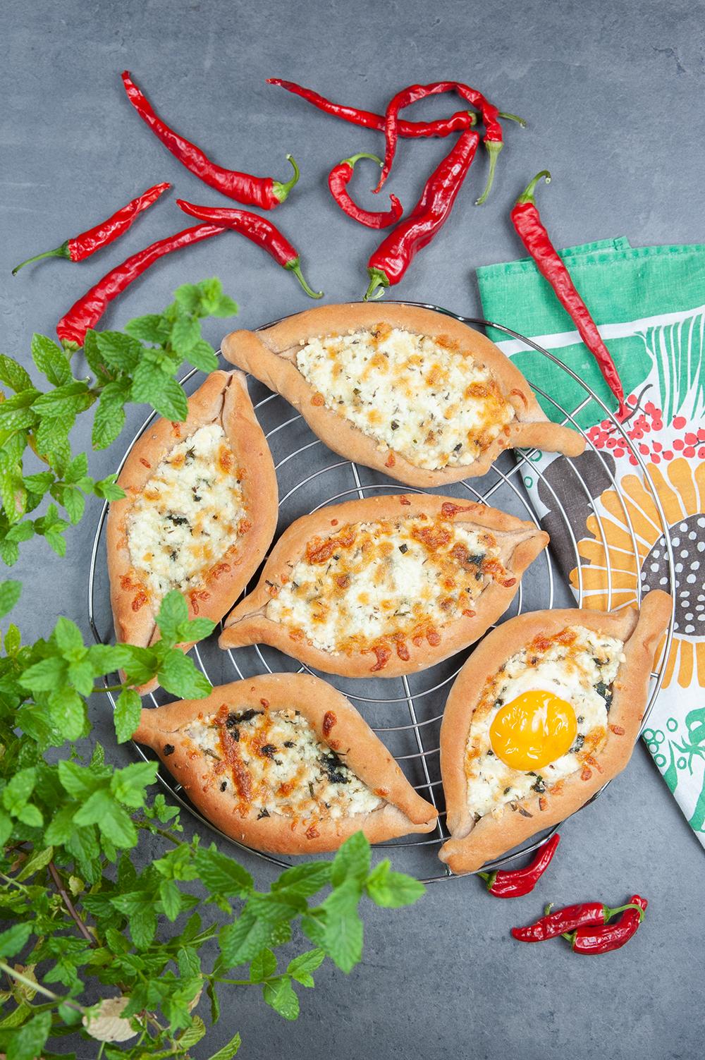Khachapuri - Brot-Käse-Taschen mit Ei