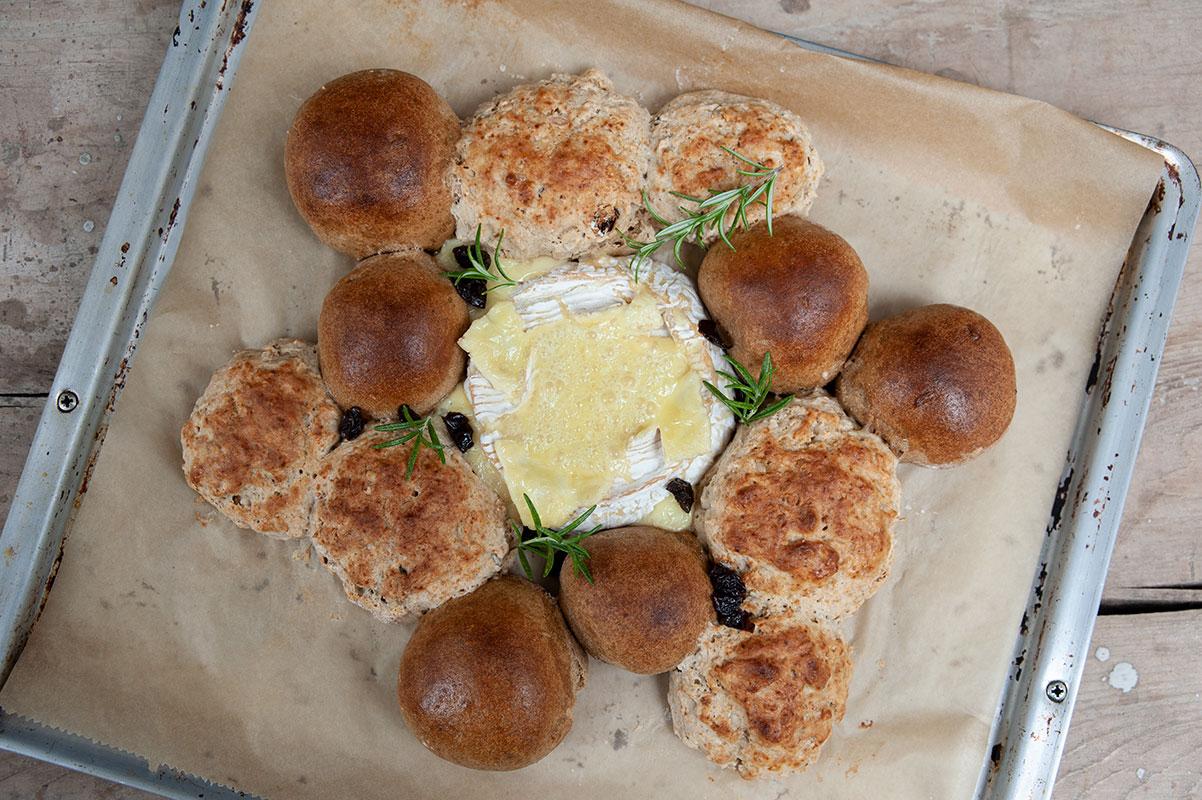 Weihnachtlicher Brotkranz mit Ofenkäse