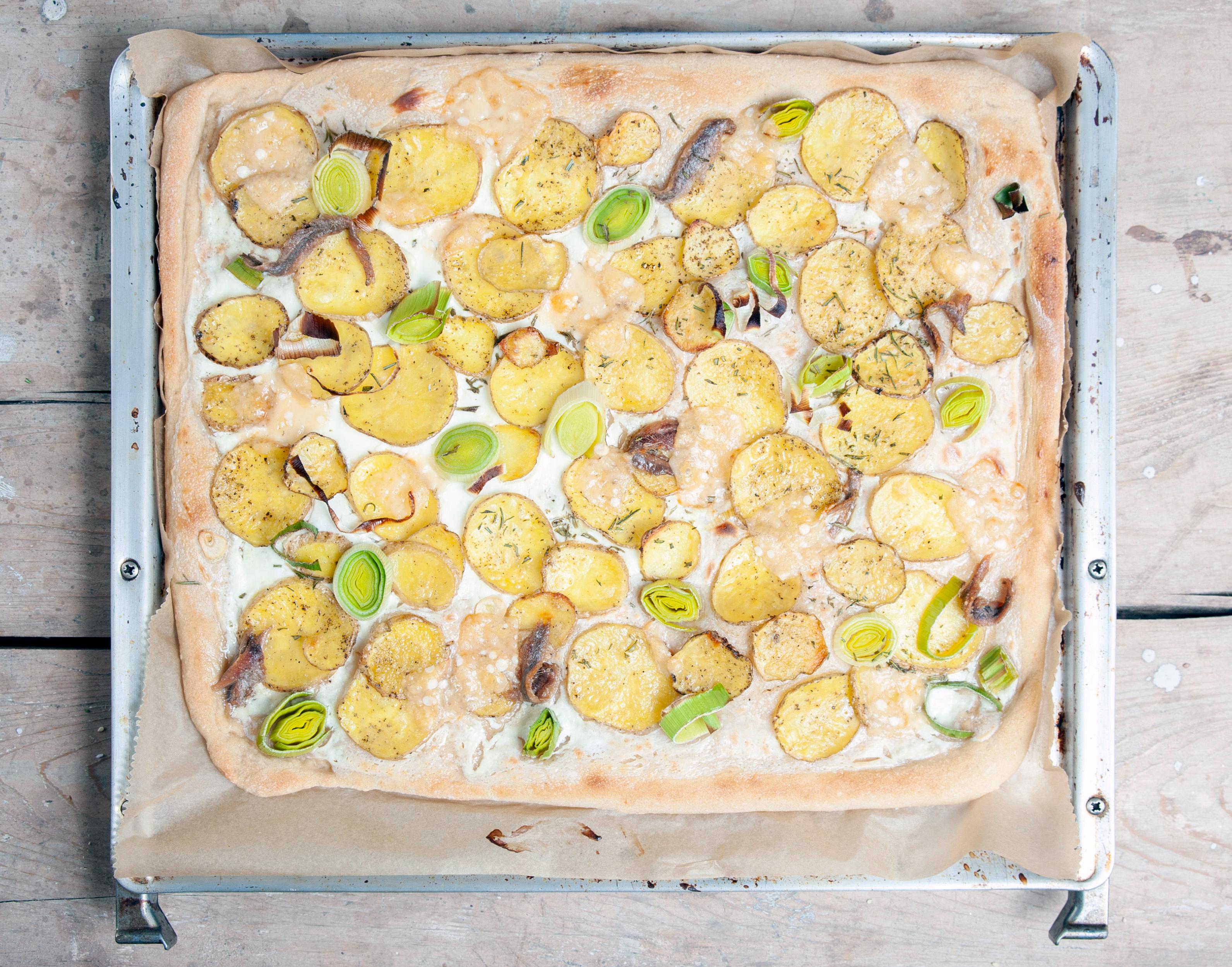 Pizza mit Kartoffeln, Sardellen und Rosmarin.