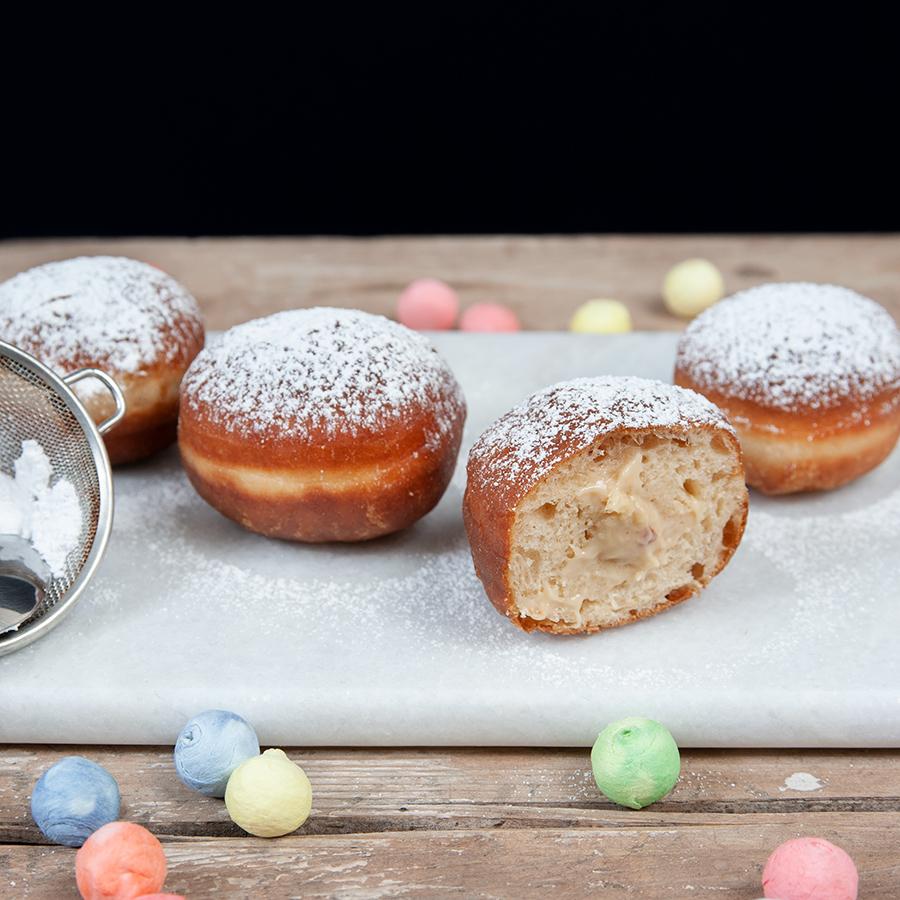 Süße-salzige Erdnussbutterfüllung im Mini-Krapfen