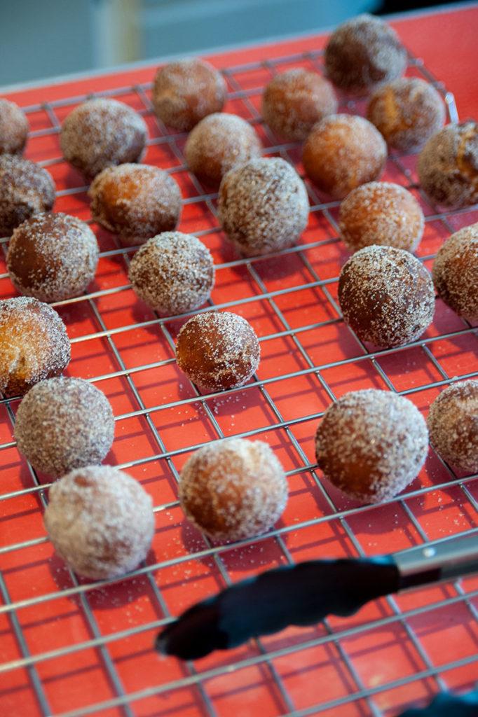 Kamut-Quark-Kugeln mit Zimt-Zucker als knackiger Kruste und softem Innenleben.