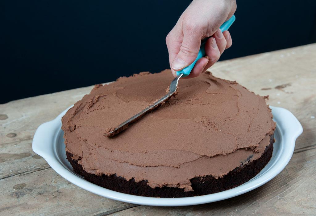 Schokoladen-Ganache auf dem Devil's Food Cake