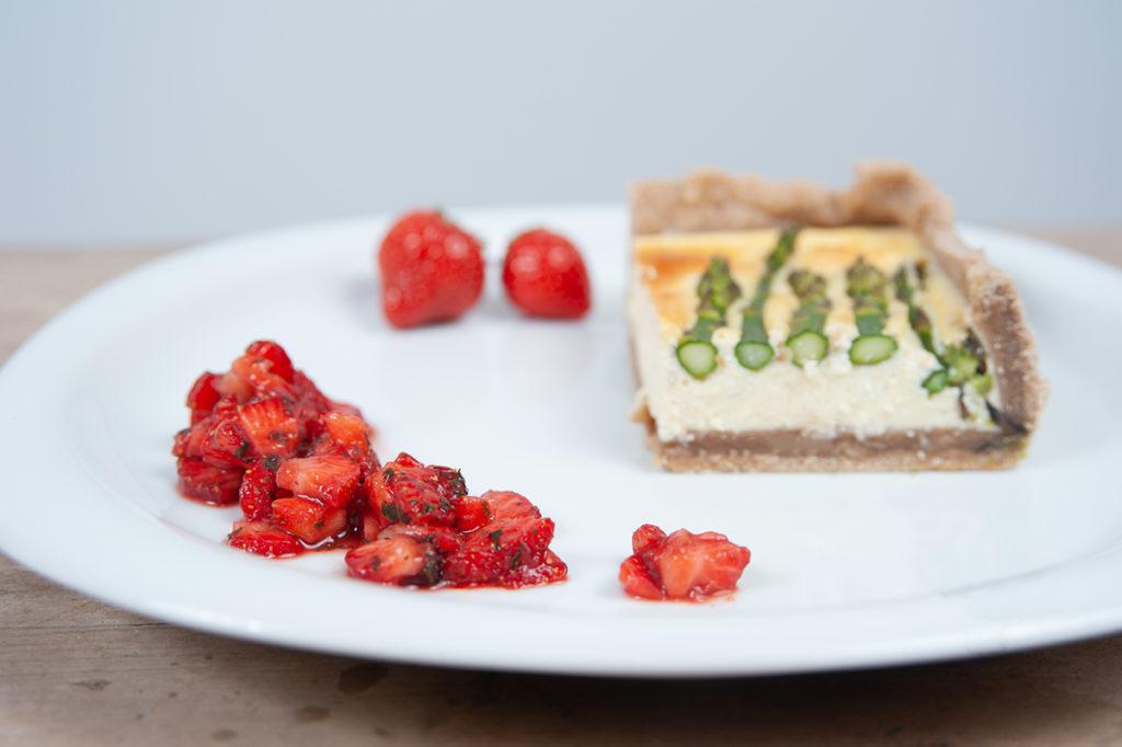 Erdbeer-Salsa mit frischer Minze zur Spargel-Ricotta-Quiche.